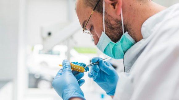 Implantología dental y su desarrollo ético y científico a lo largo de la historia